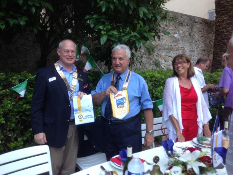 Echange de fanion avec le Président du RC d'Antibes